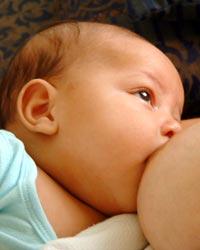 повече кърма и увеличаване на кърмата при кърмене на бебе
