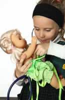 от малки бъдещите майки гледат своите кукли като деца