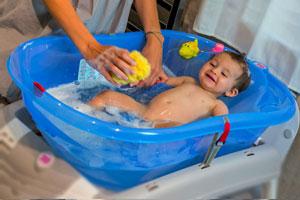 къпане на бебе в корито