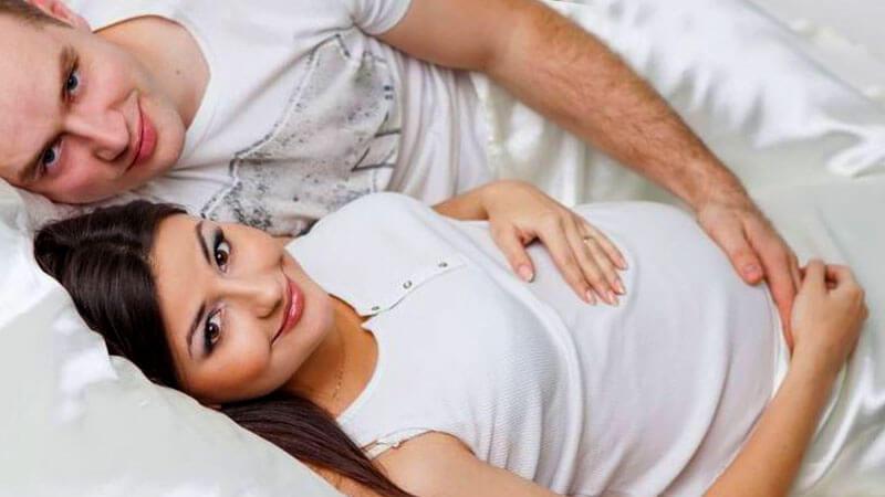 мъж и жена използват лубрикант по време на секс през бременността