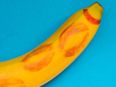 банан с целувки от червило като орален секс по време на бременност