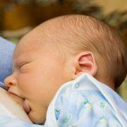 кърмене на бебе или изкуствено хранене