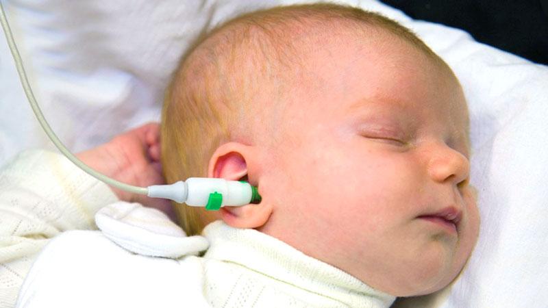 изследване на слуха при бебе