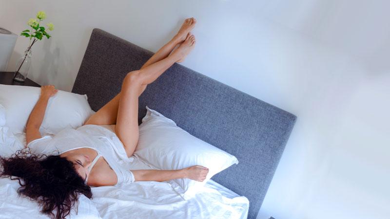 жена си вдига краката на стената след секс